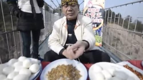 板東英二かよ!中国の大食いファイターが世界一危険な場所でゲテモノを爆食いする映像が話題に【動画】