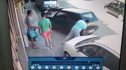 特攻野郎のコングかよ!縦列駐車で挟まれた車を持ち上げる男がスゴすぎる【動画】