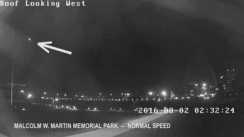 米セントルイス上空を漂う謎の光を監視カメラが捉えた!【動画】