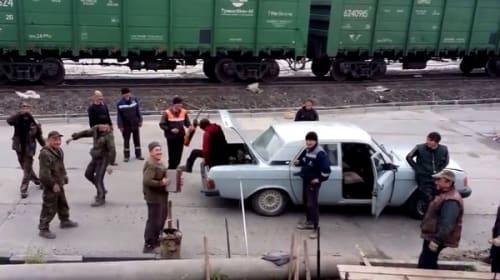 【衝撃】「俺も俺も!」と車1台に17人のロシア人が相乗り!