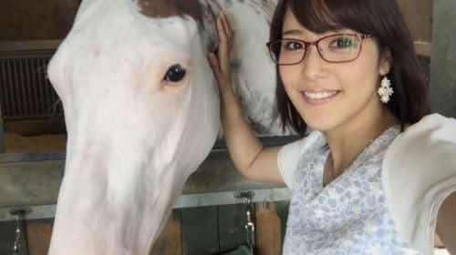 テレ東・鷲見玲奈アナ、競走馬ブチコから「胸元を攻めれらる」ハプニングに視聴者大興奮!