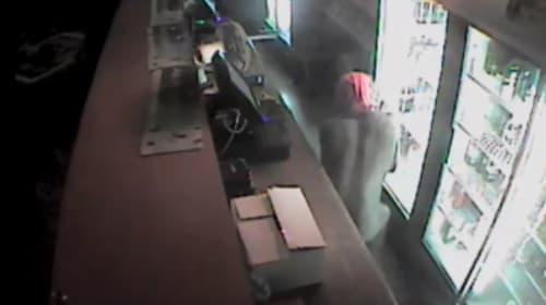 謎の半裸泥棒が出現!防犯カメラが捉えた衝撃映像が話題に