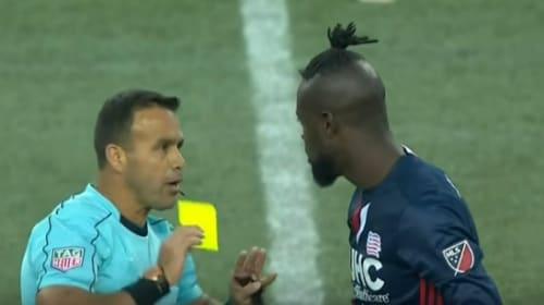 ゴールを決めた喜びを「あるスタイル」で表現したサッカー選手、イエローカード処分になる