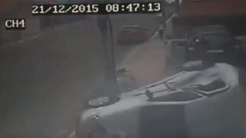 車が猛スピードで歩道に突っ込む!大事故ギリギリの映像がコワすぎる