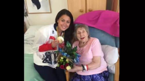家族全員で戦った五輪、英女子ホッケー選手がオリンピック中に緊急入院した祖母に金メダルを持ち帰る