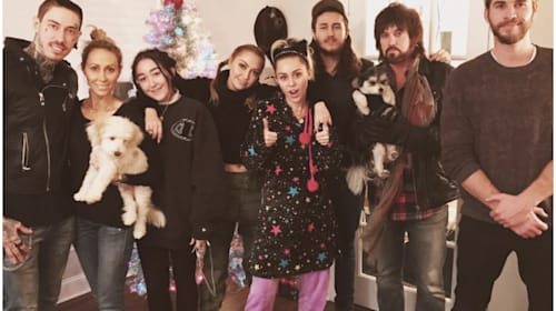 マイリー・サイラス一家のクリスマス写真に、よりを戻したリアム・ヘムズワースの姿が