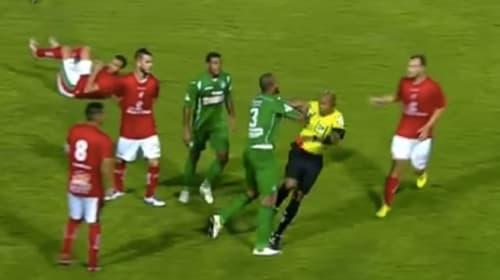 レッドカードで逆ギレ!ブラジルのサッカーの試合中、選手が審判に体当たり