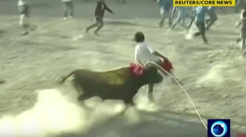 【衝撃】暴れる猛牛が広場や街で暴れまくる「ペルーの牛追い祭り」が超危険!