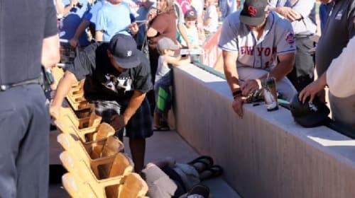 MLB選手が観客席で発作を起こしたファンを介抱、すると奇跡的な出来事が・・・