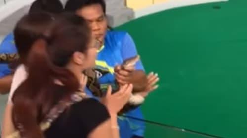 恐怖!蛇にキスしようとした女性が噛みつかれる瞬間をとらえた映像がコワすぎる【閲覧注意】