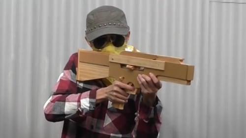 「輪ゴム銃」でマシンガンを作ってしまった大人たちがとても楽しそう