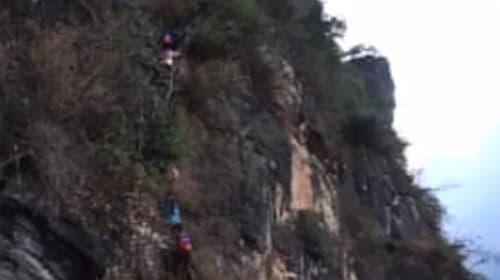 中国の子どもたちの通学が「命がけすぎる」と話題に【動画】