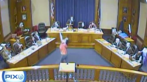 女性が市議会場で創作ダンスを敢行し話題にww【動画】