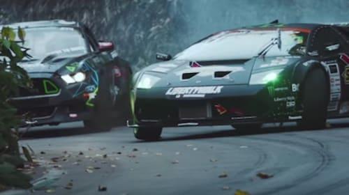 フォードマスタングVSドリフト仕様のランボルギーニ!日米ドリフトキング対決がアツい(廃墟好きも必見)【動画】