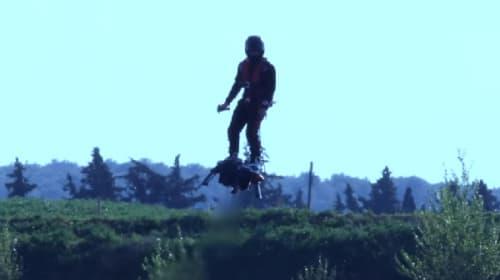『バック・トゥー・ザ・フューチャー』がまた現実に近づいた! ジェットスキーよりも速く空を飛ぶ「フライボード・エア」【動画】