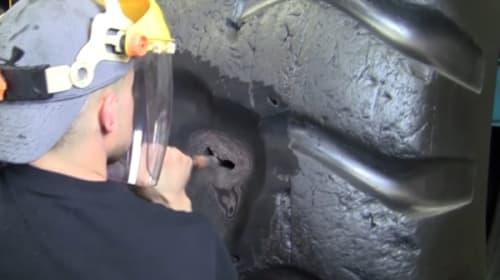 思わず見入ってしまう・・・パンクした超巨大タイヤを修理する動画