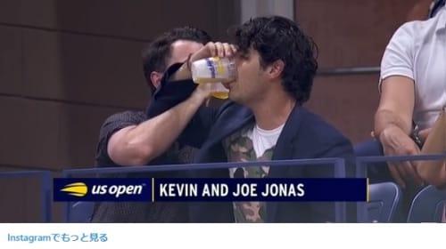 ジョー&ケビン・ジョナス、全米オープンの観客席でビールを飲み干し腰振りダンス【映像】