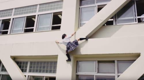 校舎の壁をミニスカでよじ登る話題の「よじのぼりJK」がアイドル級の可愛さと話題に【動画】