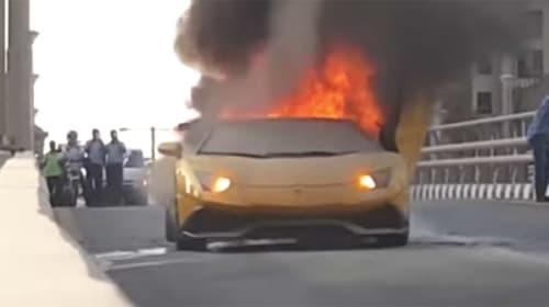 灼熱のドバイ、4000万円以上のランボルギーニのケツが大着火する衝撃映像がヤバすぎる
