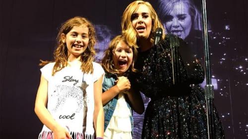 アデルがコンサート中にステージ上に上げた幼い女の子が「奇跡すぎる」と話題に【動画】