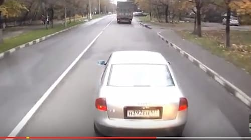 スピルバーグの『激突!』かよ!トラック運転手が割り込んだ車を襲う恐怖映像が話題に