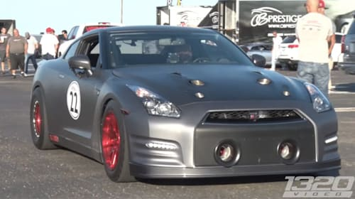直線番長かよ!2100馬力、史上最強の改造GT-Rがアメリカのレースで大暴れ【動画】