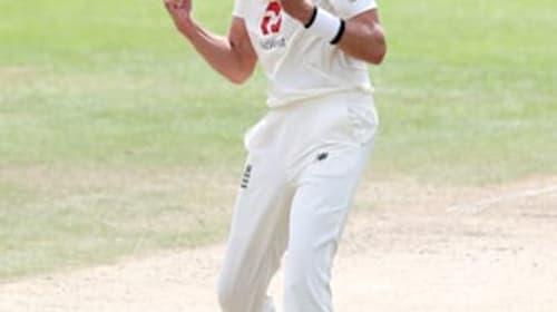 England make early inroads as Stuart Broad strikes