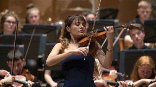 Nicola Benedetti joins more than 1,000 pupils for orchestral performance