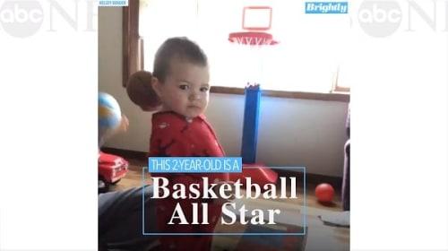 将来有望!ミニバスケットゴールに何度もノールックシュートを決める2歳の男の子【映像】