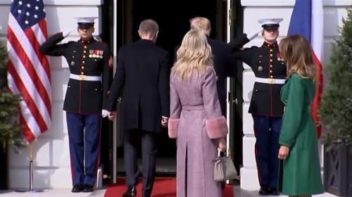 夫人たちを置いて先に行ってしまうトランプ米大統領とチェコのバビシュ首相【映像】