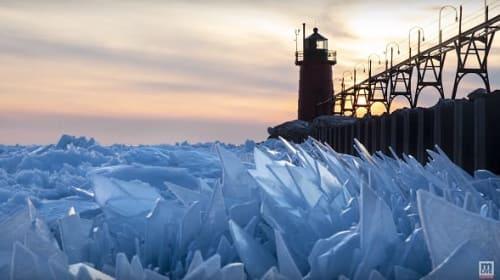 米ミシガン湖でガラスのような氷片が積み重なり、一面神秘的な光景に