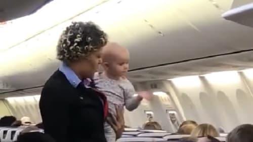 旅行で疲れたお母さんのために赤ちゃんを抱っこする米国の客室乗務員に賞賛の声【映像】