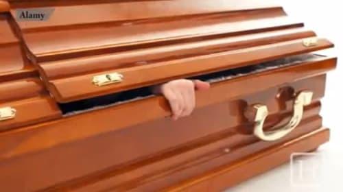 インドで死亡を確認されたはずの20歳男性が、埋葬前に目を覚ます