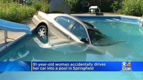 米91歳女性、運転誤り民家のプールに転落