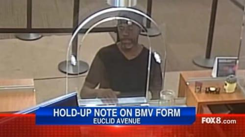 銀行強盗の男がまさかのうっかりで即逮捕!自分の名前と住所が書かれた紙を渡してしまう