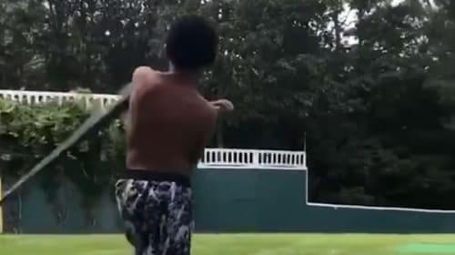 少年の豪快な「バット投げ」が話題に【映像】