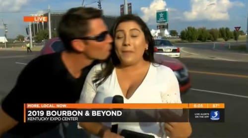 ニュース番組の生中継中、女性レポーターが通行人の男性からキスをされる【映像】