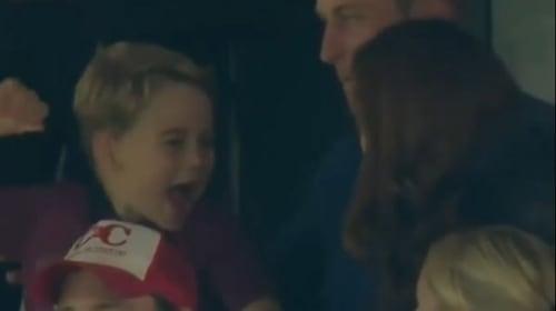可愛すぎる!英ジョージ王子、サッカー観戦でゴールに大喜び【映像】