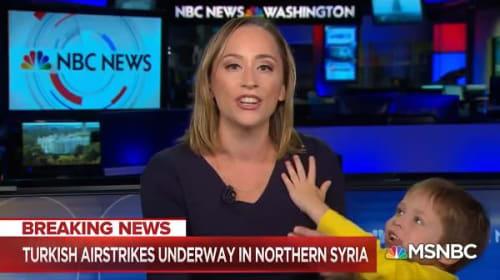 米国のニュース番組の生放送中に、突然キャスターの息子が乱入!【映像】
