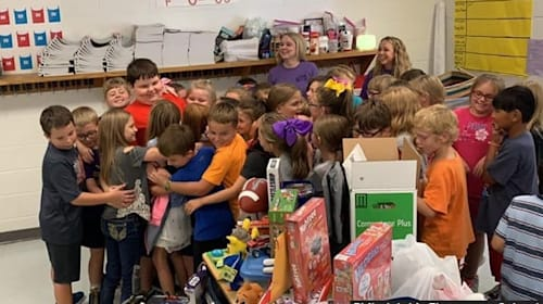 火事で家を失った少年に、クラスメイトがおもちゃをサプライズでプレゼント!