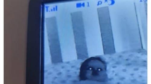 ベビーモニターに映った赤ちゃんが怖過ぎると話題