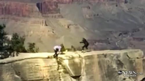 危ない!カメラを構えた女性がグランドキャニオンの崖から転落しそうになる一部始終【映像】
