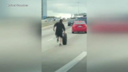 米の高速道路で、転がるタイヤを走って追いかける男性を目撃!【映像】