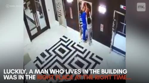 エレベーターにリードが挟まり、宙吊りになった犬を救出!【映像】