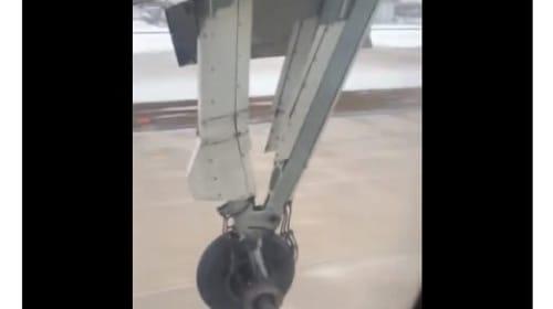 旅客機の乗客が撮影した、離陸直後に車輪が脱輪する瞬間!【映像】