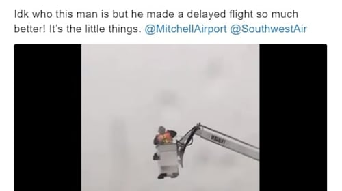 踊って機内の乗客の注目を集める、陽気な空港作業員【映像】