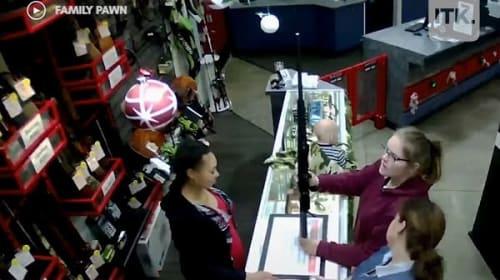 質屋の店長がレジカウンターから落下しそうになった赤ちゃんをキャッチ!【映像】