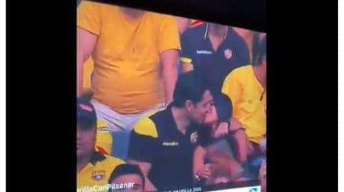 サッカーの観客席でキスをする不倫カップル、スクリーンに映り浮気がバレる・・・【映像】