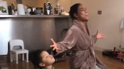 米国人一家の父親が、自主隔離でカオスと化した日常の瞬間を激写【映像】