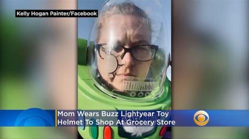 マスク代わりに『トイ・ストーリー』バズのヘルメットを被ってスーパーに出かけるお母さん【映像】